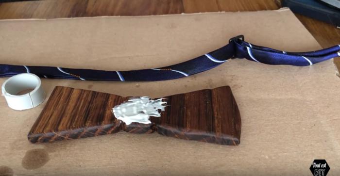 Un nœud papillon en bois stylisé-Ajout d'une attache