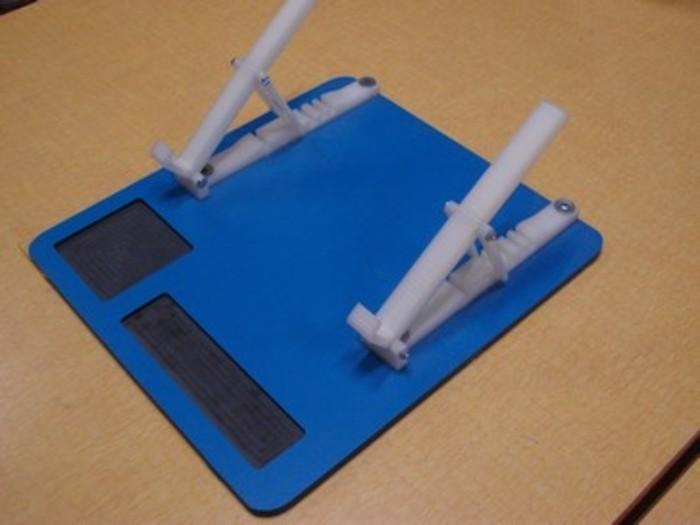 Support ergonomique laptop-Fixer les éléments supports sur le plateau