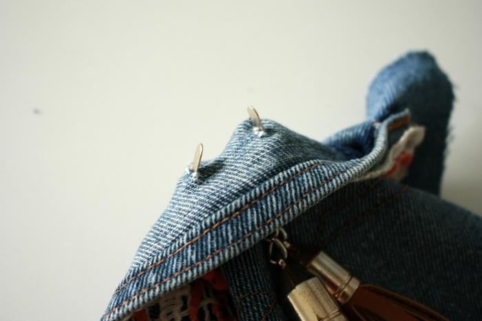 Un sac esprit bohème -Insérez les pompons en cuir