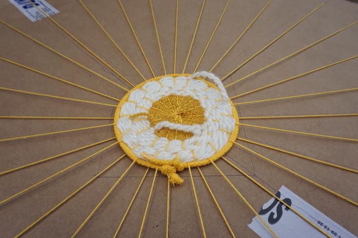 Tapis tissé aux couleurs du soleil-Etape 2 : Le tissage