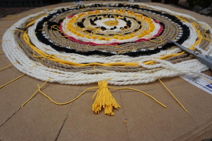 Tapis tissé aux couleurs du soleil-Etape 3 : La fermeture du tapis