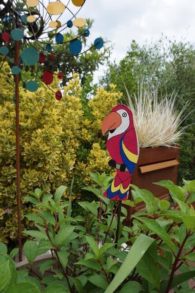 Un perroquet sur sa pique-Etape 5 : L'installation dans le jardin