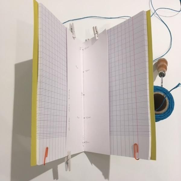 Un cahier d'écolier transformé en carnet de notes-ETAPE 2 : créer une guide de trous
