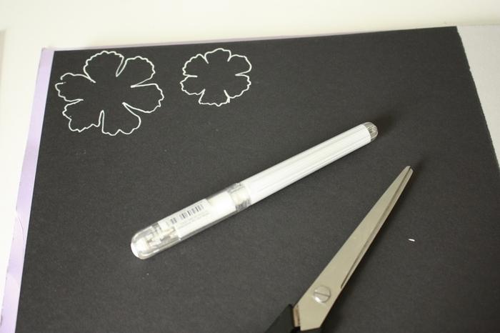 Une déco murale inspiration Kinfolk !-Dessinez les différentes fleurs dans les papiers colorés