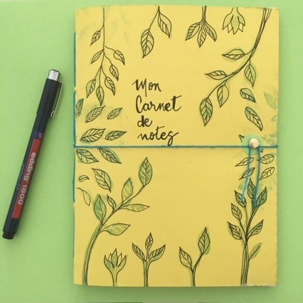 Un cahier d'écolier transformé en carnet de notes-Etape final : la fermeture décorative