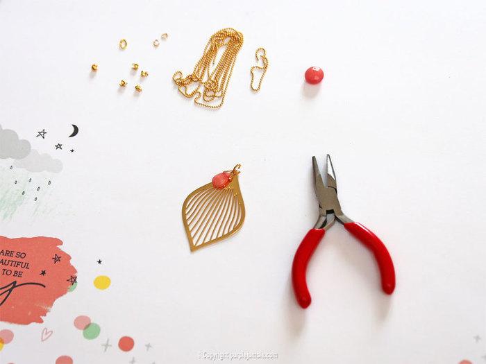 Parure de bijoux fantaisie dorés pour l'été-Un sautoir avec feuille dorée et pierres corail