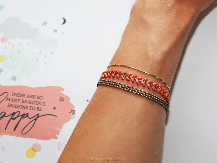 Parure de bijoux fantaisie dorés pour l'été-Un bracelet multirangs doré et émaillé