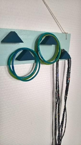 Le porte bijoux en cagette recyclée-Et hop... place aux bijoux !