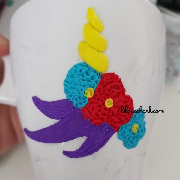 Mon Mug Licorne en FIMO (+ variantes)-Modelage des fleurs et de la criniére