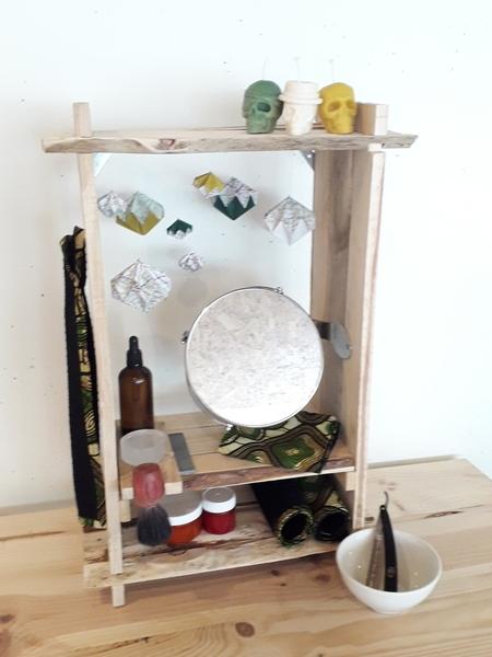 Cabinet de rasage en palettes-Fixez le meuble au mur et installez la décoration et vos affaires de rasage.
