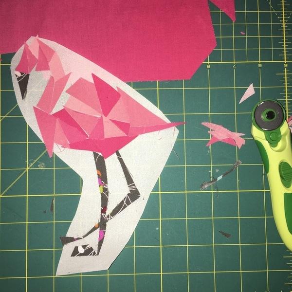 Le Flamant Rose du Tote Bag- on remplit avec le tissu notre forme.