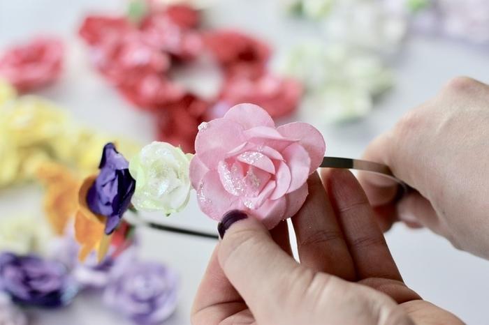 UN SERRE-TÊTE DE FLEURS EN PAPIER-Collez vos fleurs