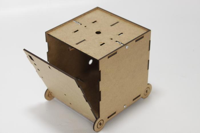 Montage de la boîte support de la Fleur Animée Connectée-Equiper la boite du système de fermeture des parois mobiles