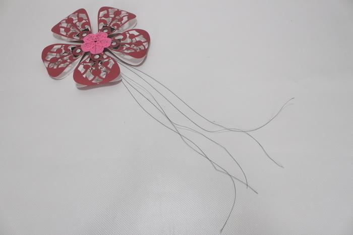 Montage de la fleur et la tige- fils pour les pétales mobiles et tige