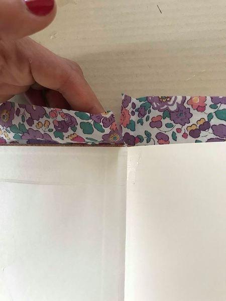 Carnet de voyage en Liberty-Enduire le carnet de verni colle