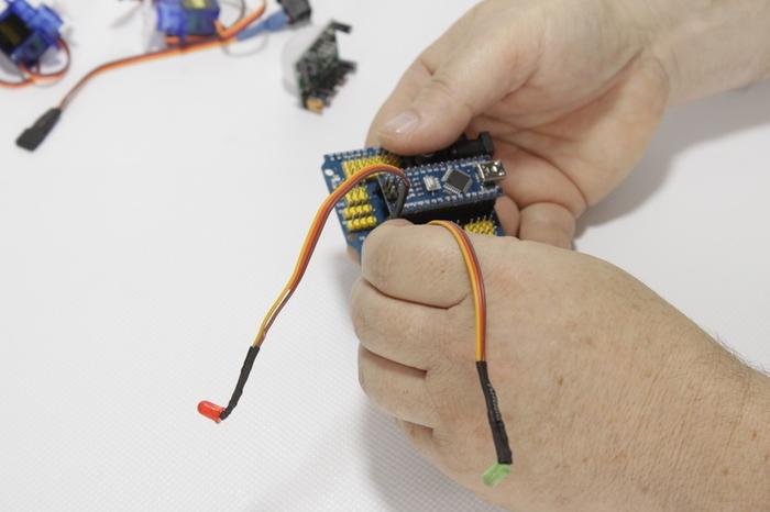 Câbler des composants d'une fleur animée-Branchements sur la carte I/O