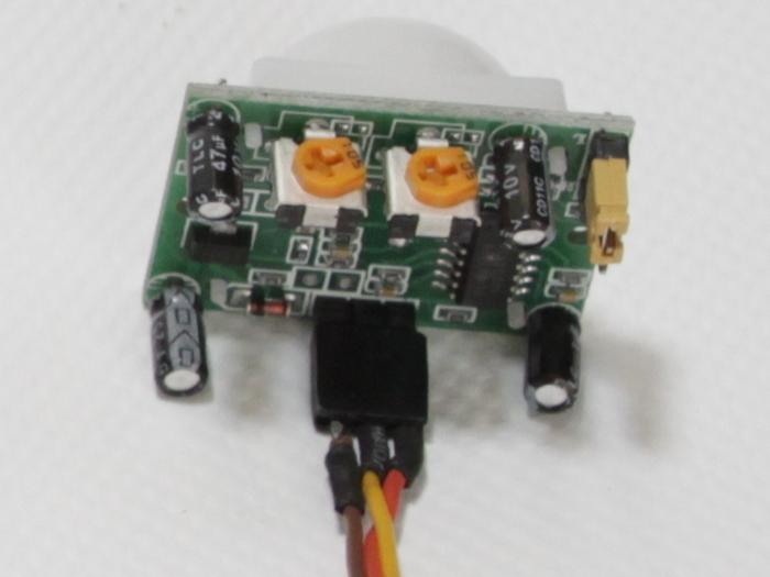 Câbler des composants d'une fleur animée-Câbler le capteur PIR
