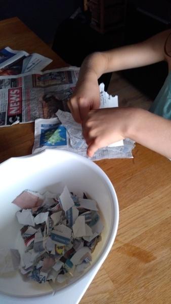 UPCYCLING EN GÂTEAUX GRAINES-Préparation du papier journal