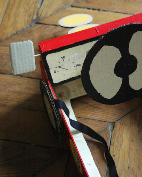 Le déguisement voiture de course pour enfants-Montage des accessoires : volant, phares, rétros, sangle