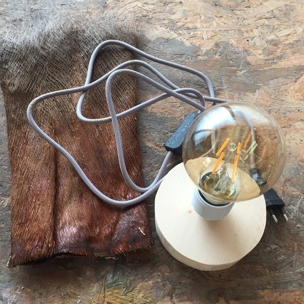Une lampe en .... écorce de palmier-Monter la douille et le fil