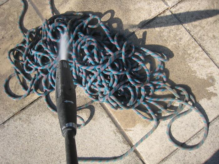 Un pouf en pneu et corde d'escalade-Laver la corde et le pneu