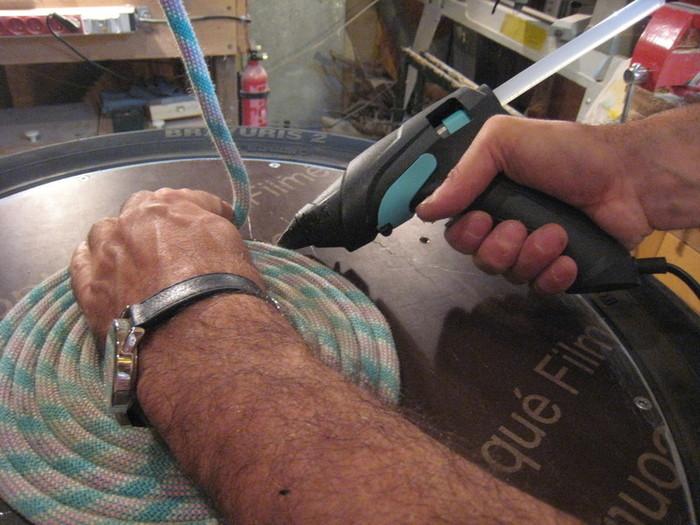 Un pouf en pneu et corde d'escalade-Collage de la corde: suite