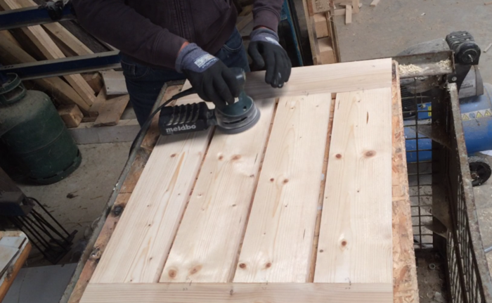 Une table démontable pour le balcon-Finition du bois