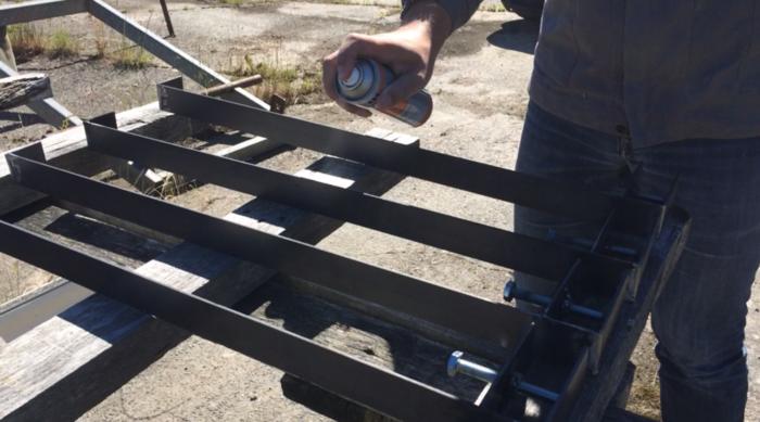 Une table démontable pour le balcon-Finition du métal