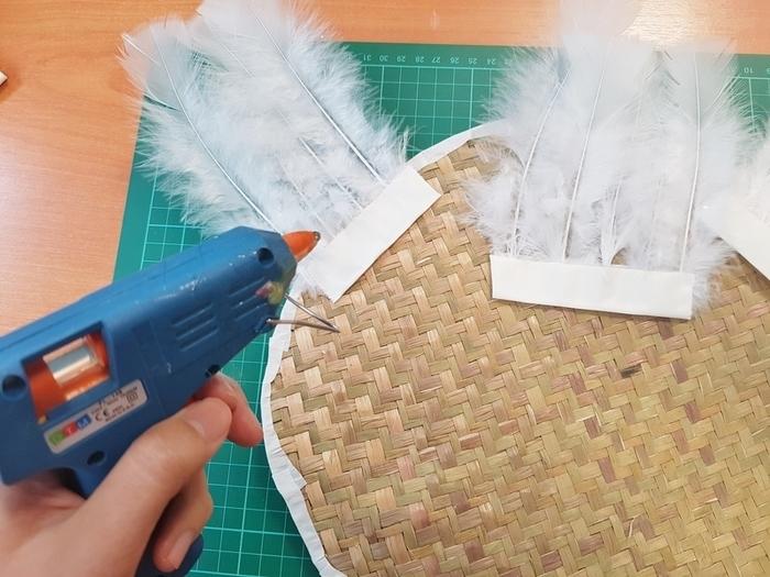 DIY : Juju hat fleuri-Préparer la déco juju en collant des plumes sur du biais