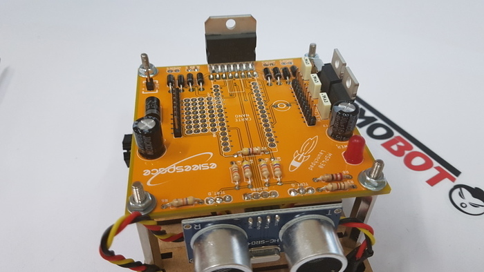 Construisez votre robot Sumobot-Fixation du circuit sur le châssis