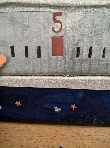 Le calendrier de l'Avent étoilé (et ses surprises à gratter)-On accroche les étoiles à gratter au calendrier