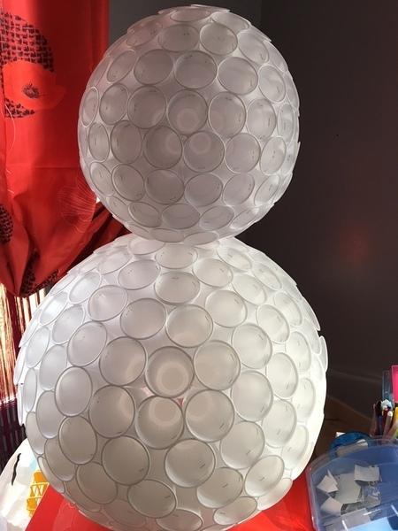 Pingouin de Noel avec des gobelets plastique-Fabrication du corps et de la tete