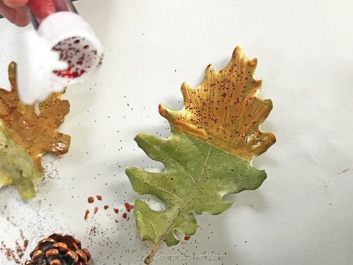 Une suspension murale pour Noël-Décorer les feuilles d'arbre et les pommes de pin