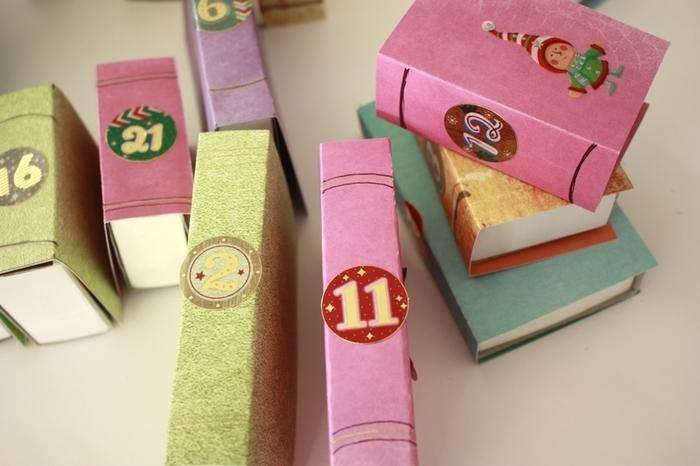 """Upcycling pour ce calendrier de l'avent """"livres""""-Collez les chiffres sur la tranche de vos livres"""