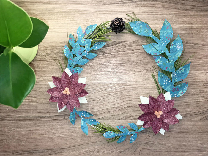 Une couronne de Noël nature et papier-Assembler les éléments