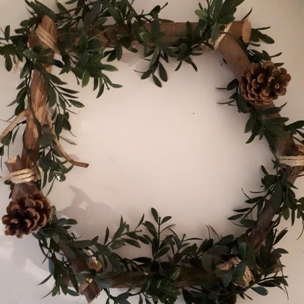 Couronne de Noël en bois-3ème étape : Placement des éléments de décoration