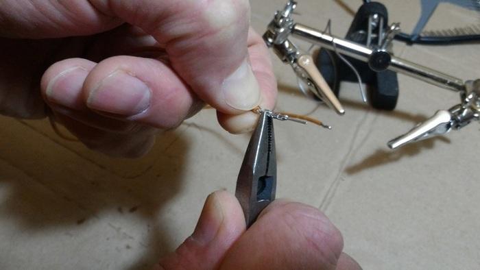 Fabriquer un câble sur mesure-Sertir le connecteur Dupont