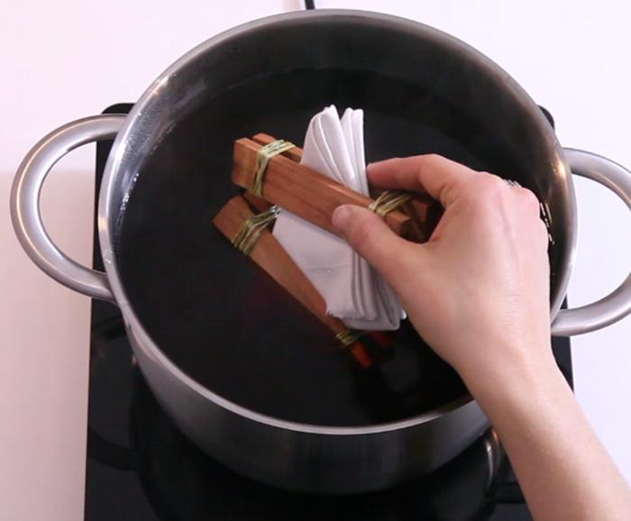 Fabriquer un emballage cadeau zéro déchet et réutilisable-Préparer la décoction de peaux d'oignons
