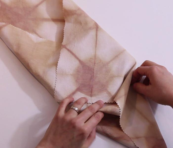 Fabriquer un emballage cadeau zéro déchet et réutilisable-Finitions et pliage du Furoshiki