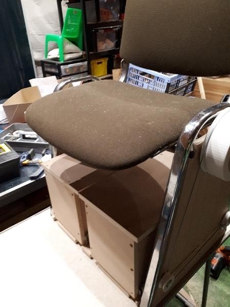 Une chaise pour aider à mettre ses chaussettes-