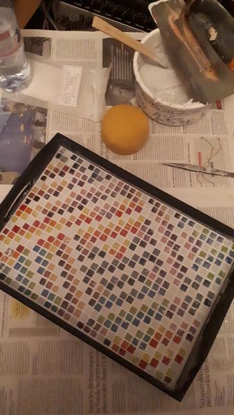 Décorer un plateau en mosaïque -Étaler la préparation (1)