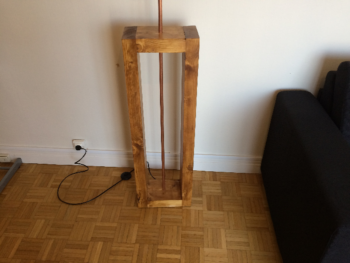 Une lampe style indus en bois et cuivre-Touches finales