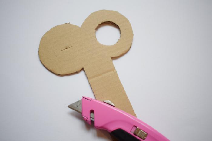 Un déguisement de poupée-La découpe de la clé