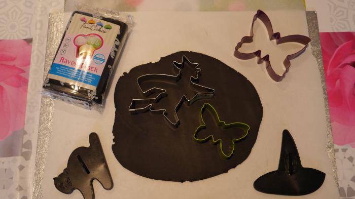 Le gâteau magique de la sorcière-Préparer le décor en pâte à sucre