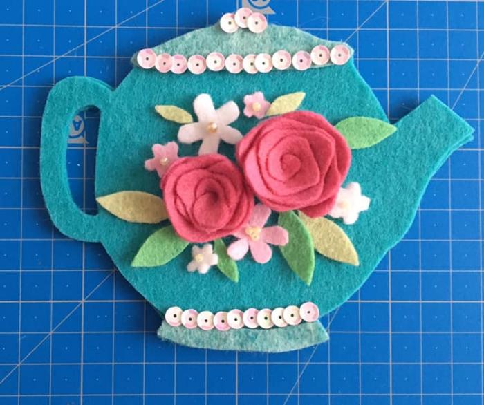 Le petit sac théière-Coller le couvercle et le pied et préparer la composition du décor