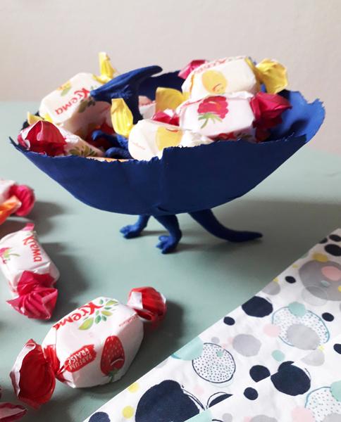 La coupelle dinosaure-Des bonbons, des bonbons !