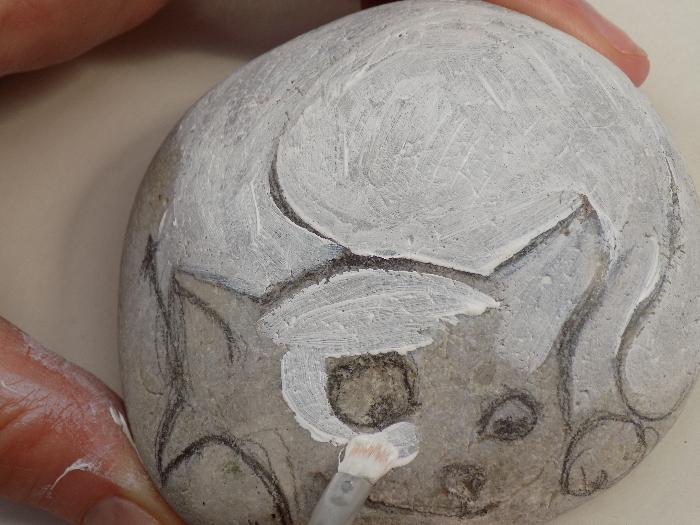 Chat peint sur un galet: donnez une âme à vos souvenirs de vacances.-Peindre le galet en blanc