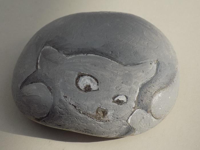 Chat peint sur un galet: donnez une âme à vos souvenirs de vacances.-Coloriage: suite
