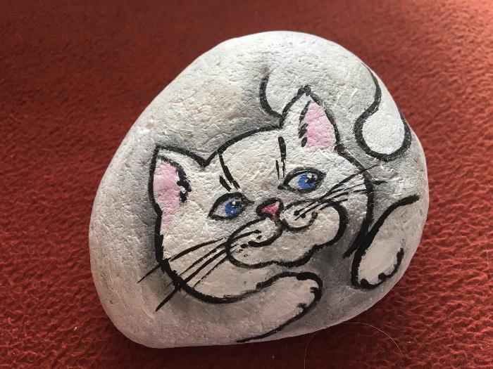 Chat peint sur un galet: donnez une âme à vos souvenirs de vacances.-Votre chat est prêt