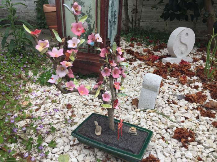 Bonsaï avec branche morte et fleurs en papier-